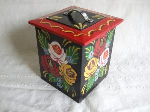 Medium sized tea caddy